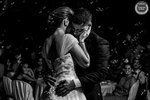 """Foto de: <a href=""""https://fotografos-de-boda.net/porfolio/cuando-los-momentos-se-convierten-en-recuerdos/"""" target=""""blank"""">Manu Velasco</a>"""